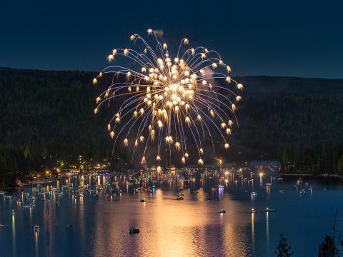 Fogos explodindo sobre a pitoresca Bass Lake no Dia da Independência dos EUA