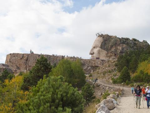 Uma caminhada de 10 km pelos bosques para ver o processo de criação da escultura Crazy Horse (Cavalo Louco) em andamento
