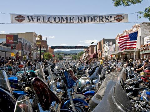 Motocicletas alinhadas nas ruas de Sturgis para o rally anual em agosto