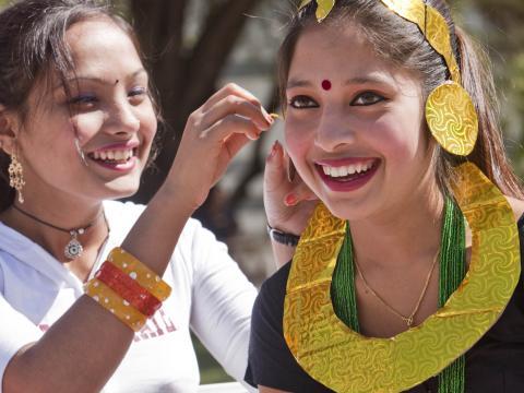 Garotas se divertindo durante o festival folclórico Tucson Meet Yourself