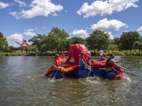 Remando um polvo durante a Rock River Anything That Floats Race (Corrida de tudo que flutua de Rock River)