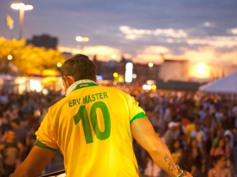 Observando a multidão reunida para o Brazilian Day (Dia Brasileiro)