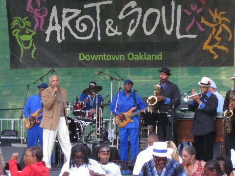 Uma banda tocando no festival Art & Soul (Arte e Soul) de Oakland
