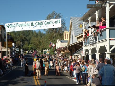 Um dia de diversão em Groveland com desfiles, músicas, duelos de armas ao estilo do velho oeste