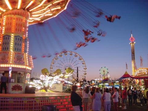 Pessoas curtindo os passeios animados na Minnesota State Fair (Feira Estadual de Minnesota)