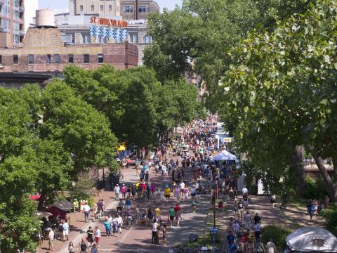 A Main Street (Rua Principal) é centro da ação durante o Stone Arch Bridge Festival (Festival de Stone Arch Bridge)