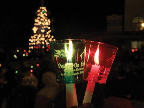 Iluminando o caminho na procissão com velas para as festas de fim de ano