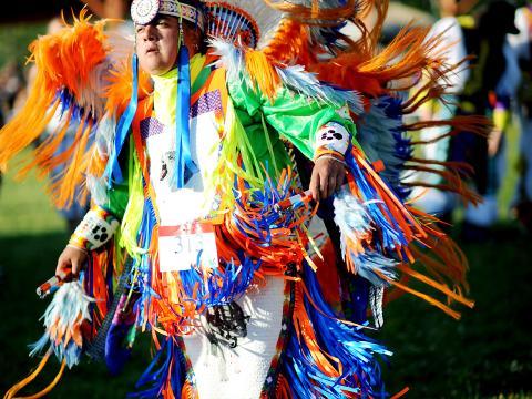 Um participante do Sault Tribe Summer Gathering Powwow (Reunião Powwow de Verão da Tribo Sault)