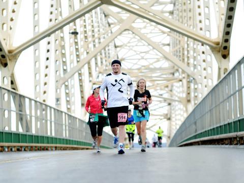 Um corredor feliz descendo pelo Sault International Festival of Races