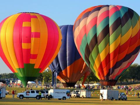 Balões coloridos prontos para serem lançados no Plano Balloon Festival (Festival de Balões de Plano)