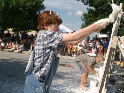 Pintando a cerca de branco durante os Dias nacionais de Tom Sawyer