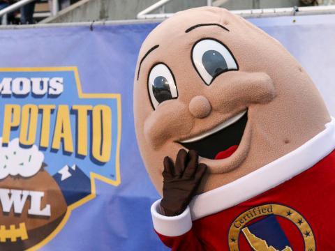 Mascote do famoso jogo de futebol americano universitário Idaho Potato Bowl em Boise