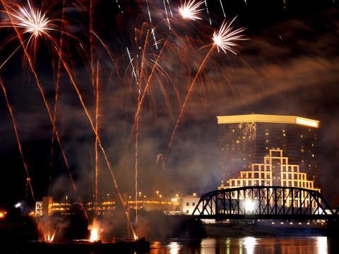 Fogos explodindo sobre a cidade no Rockets Over the Red (Festival de fogos)