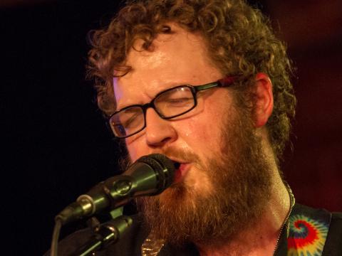 Músico se apresentando para a multidão no Festival de música Treefort de Boise