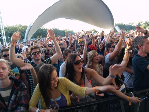 A multidão aproveita a música na VooDoo Fest