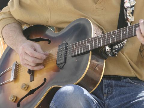 Tocando violão no Festival de artes de Cheyenne