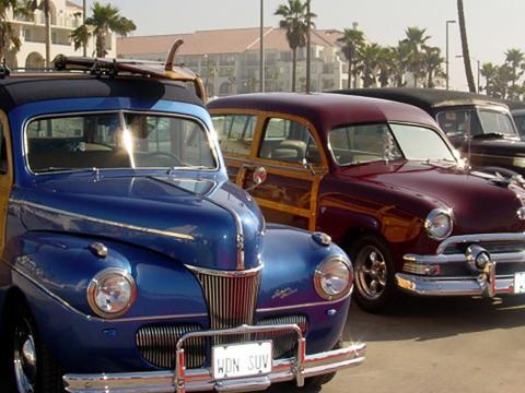 Fila de modelos brilhantes no Beachcruiser Meet (Encontro de carros)