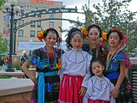 Dançarinos vestidos com trajes tradicionais para o Festival hispânico de Cheyenne