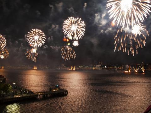 Iluminando a noite com os fogos de artifício de quatro de julho da Macy's