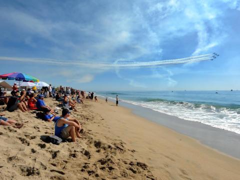 Céu limpo para o Show aéreo em Huntington Beach