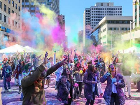 Comemorando a colorida Celebração indígena Holi Hai