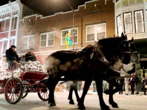 Puxando o carrinho do Desfile de Natal pelas ruas