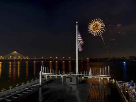 Fogos perfeitos sobre o rio Mississippi
