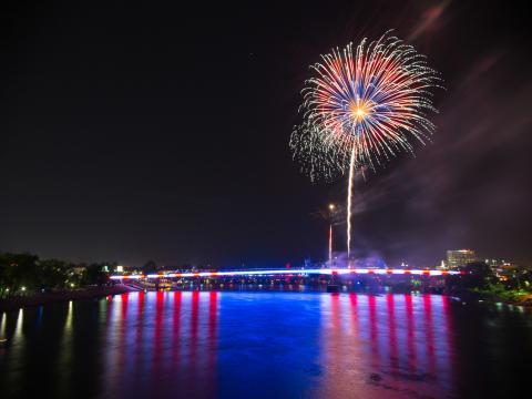 Luzes em estrelas e faixas do Pops on the River (Celebração de Dia da Independência)