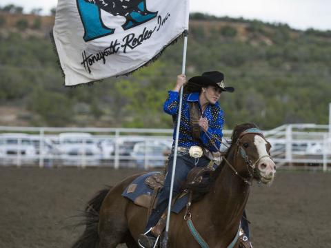Iniciando o Torneio de rodeio de Ute Mountain (Montanha Ute)