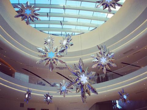 Os corredores ficam cheios durante as compras de férias do Mall of America