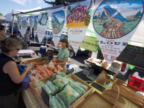 Comprando no Festival de colheita de Dolores