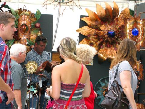 Passando pelas bancas de arte no June Jubilee (Festival de início de verão)