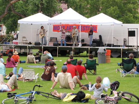 Curtindo a música ao vivo durante o Moab Arts Festival (Festival de Artes de Moab)