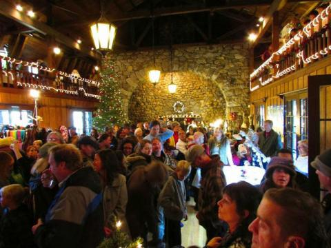 Dentro da Annual Valhalla Holiday Faire (Feira Anual de Festas de Valhalla)
