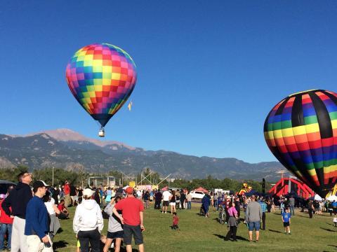 Balões de ar quente ganhando os ares durante o Colorado Springs Labor Day Lift Off