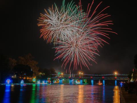 Fogos de artifícios e luzes de natal durante o Festival de luzes Turn on the Holidays