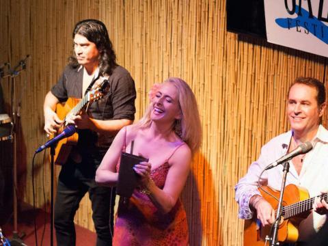 Trio de jazz se apresentando no Festival de Jazz da Ilha Amélia
