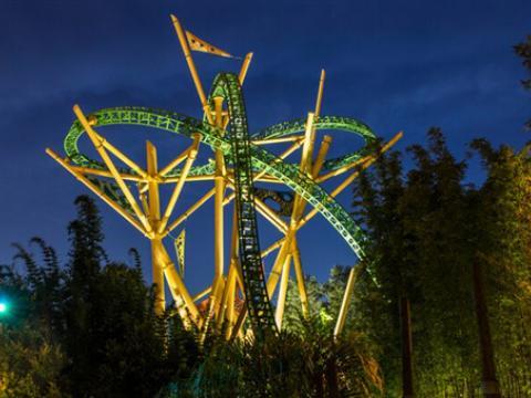 Uma vista noturna da montanha-russa Cheetah Hunt no Busch Gardens Tampa Bay