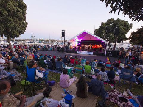 Público assiste à apresentação ao vivo durante o Summer Concert Series, em Marina del Rey