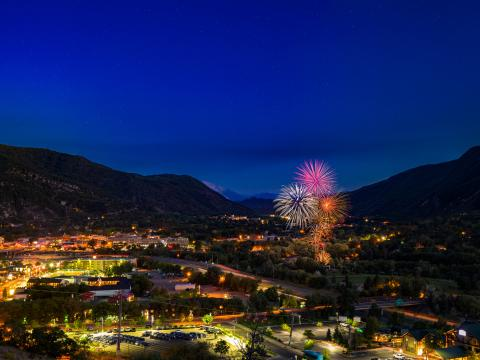 Fogos de artifício iluminam o céu em Glenwood Springs