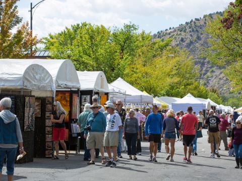 Passeio em meio às barracas no Autumn Arts Festival em Durango