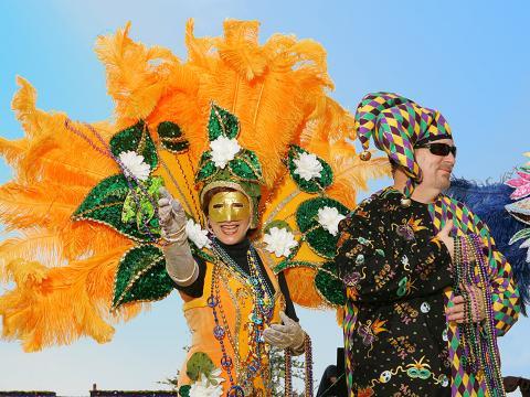 Colares são distribuídos para o público no Lake Charles Mardi Gras