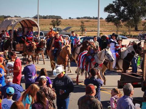 Desfile na Louisiana Fur and Wildlife Festival , em Cameron