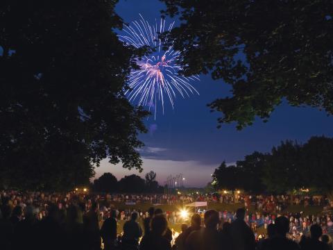 Fogos de artifício iluminam os céus de Kohler no dia 4 de julho