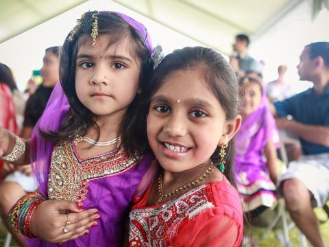 Crianças participando do Gilbert Global Village Festival em trajes tradicionais