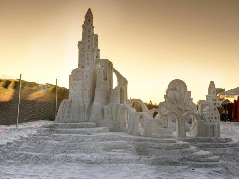 Um impressionante castelo de areia em exposição durante o American Sandsculpting Championship