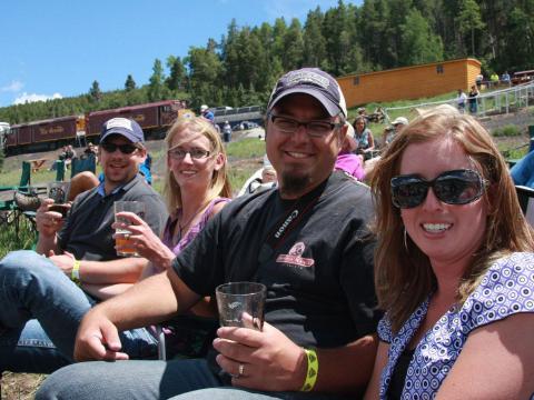 Saboreando uma cerveja no Rails & Ales Brewfest depois de um passeio na Rio Grande Scenic Railroad em Alamosa, Colorado