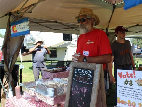 Um vendedor de churrasco competindo na prova Beat the Heat BBQ, Brews & Chili em Alamosa, Colorado