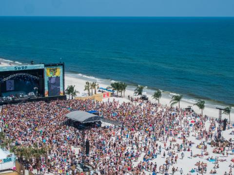 Assistindo a bandas ao vivo na praia durante o Hangout Music Festival em Gulf Shores, Alabama
