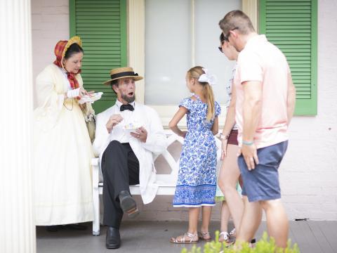 Família assistindo a uma encenação da vida de Lincoln durante o History Comes Alive em Springfield, Illinois